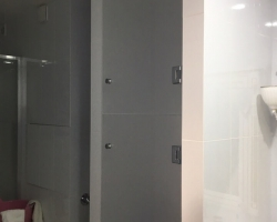 Стеклянные полки с дверцей - фото 2