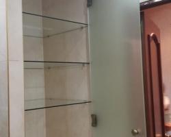 Стеклянные полки с дверцей - фото 1