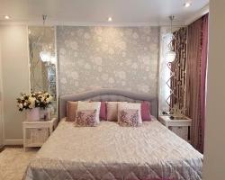 Зеркальное панно в спальне