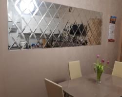 Зеркальная плитка на стену в кухне