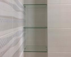 Полки из прозрачного стекла в нишу